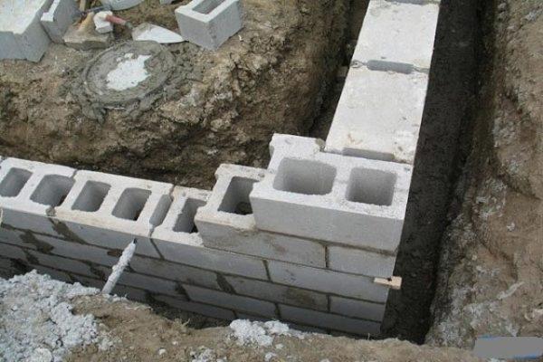 установка блоков в фундамент