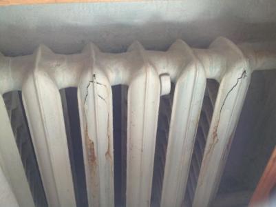 разорванный водой радиатор