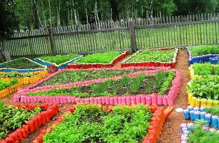 используем бутылки как ограду для огорода
