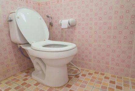 не надо сливать воду из колен унитаза и раковины