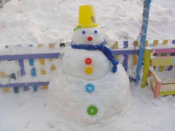 яркий снеговик