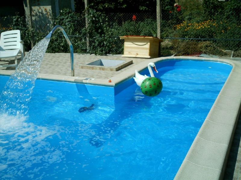 Бассейн с чистой водой
