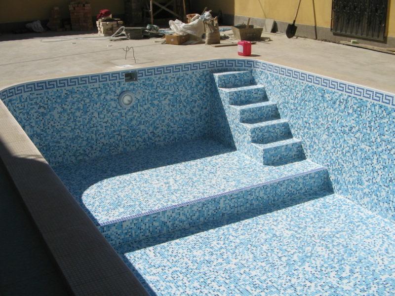Бетонный бассейн возле дома