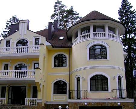 двухэтажный дом с башней