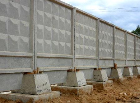 бетонный забор на стройплощадке