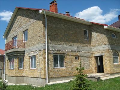 большой двухэтажный дом из ракушечника