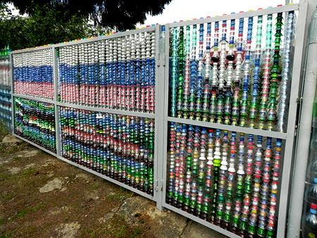 цветной забор из бутылок