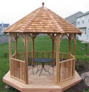 деревянная крыша беседки из шинделя