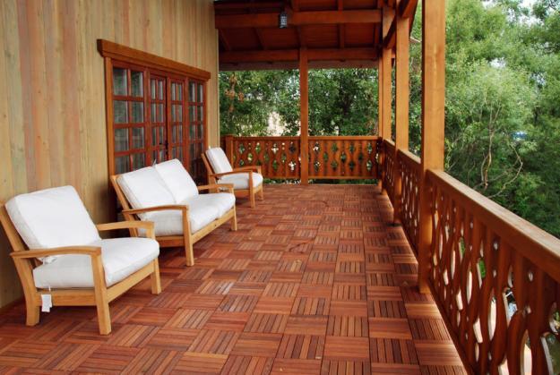деревянная терраса с мебелью