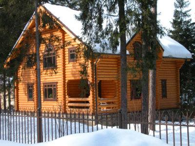 деревянный двухэтажный коттедж из бревна