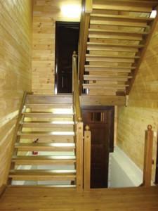 деревянная лестница с прямыми маршами