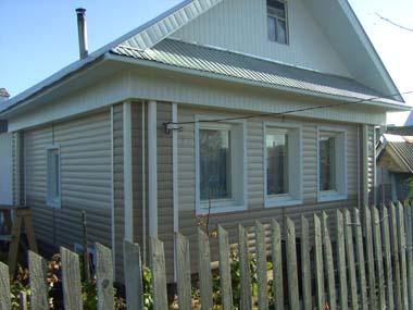 деревянный дом, обшитый сайдингом