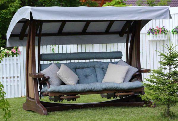 Деревянные качели с матрасом и подушками
