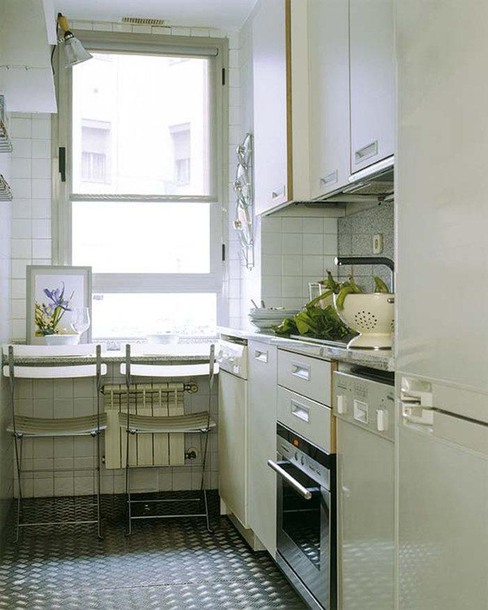 Кухня вдоль окна, дизайн интерьера, куда спрятать батарею, ф.