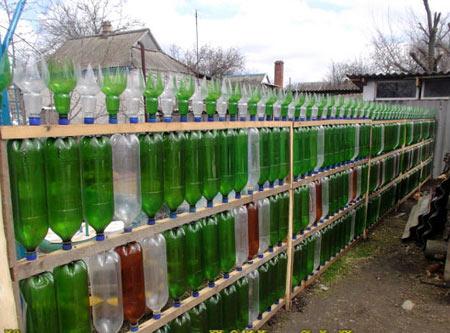 длинный забор из пластиковых бутылок