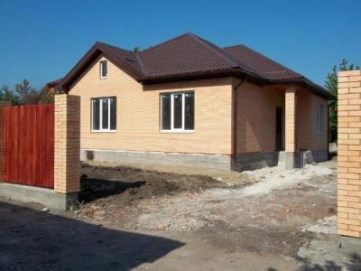 классический дом бежевого цвета