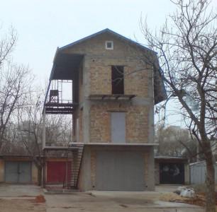 дом, сделанный из гаража