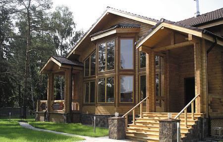 частный дом из клееного бруса с большими окнами