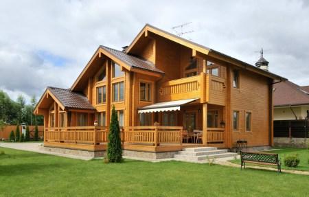 многоярусный деревянный дом из нескольких срубов