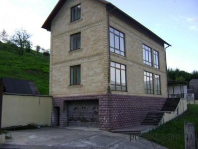 дом с гаражом в цокольном этаже на узком участке