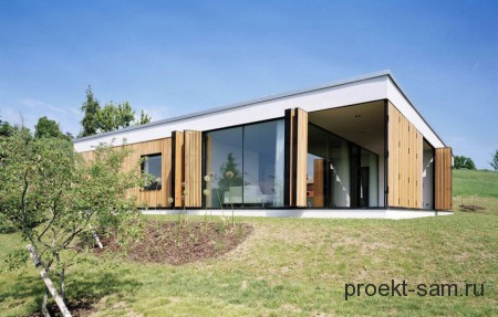 дом с односкатной крышей на неровной поверхности