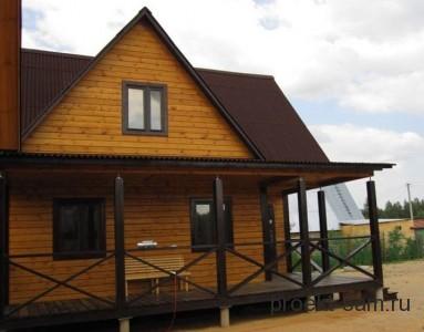 деревянный дом с открытой террасой и мансардой