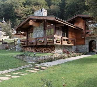 дом шале из камня и дерева