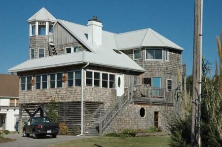 дом со светлой крышей