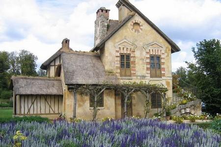 дом в стиле шато с конюшней