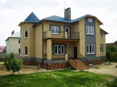 на фото двухэтажный дом из кирпича ...