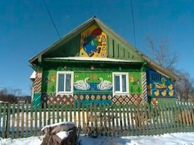 дом украшенный крышками