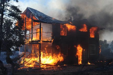 горит деревянный дом