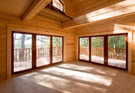 гостиная дома с панорамными окнами