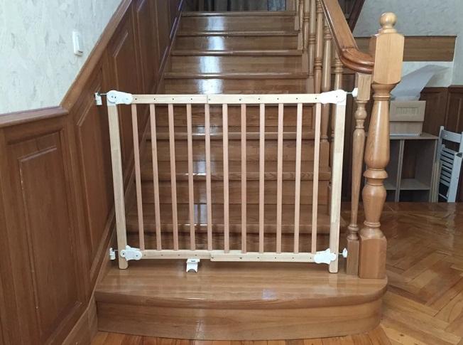 Закрытая воротами лестница