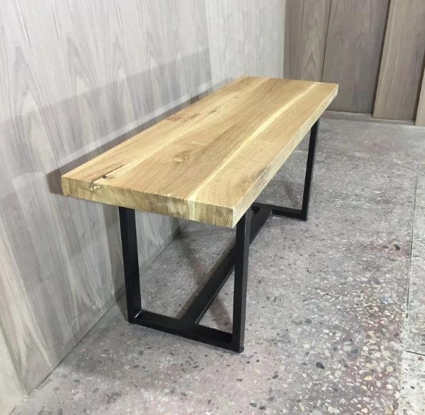 Простая скамейка из металла и дерева