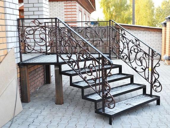 Консольная (приставная)лестница (крыльцо из металла)