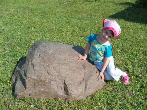 камень на газоне