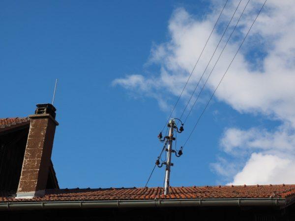 провода над крышей