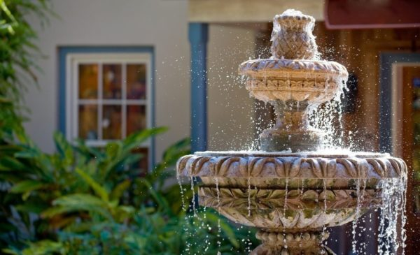 вода в фонтане