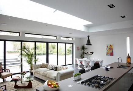 интерьер кухни-гостиной с большими окнами