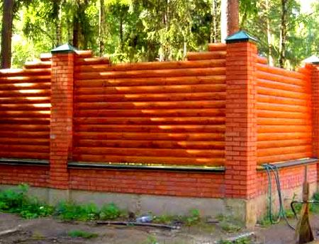 забор из бревен и кирпича