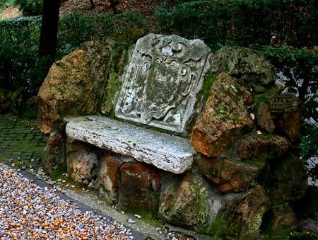 каменная скамейка на дачном участке