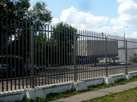 забор из стальных кольев