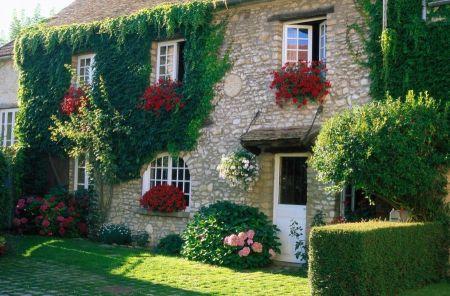 украшение фасада дома цветами