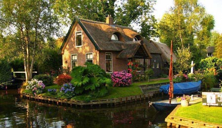дом окруженный водой