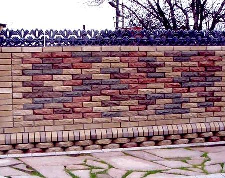 раскрашенный кирпичный забор