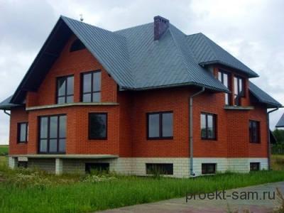 большой кирпичный загородный жилой дом