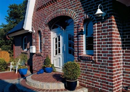 кирпичный дом терракотового цвета