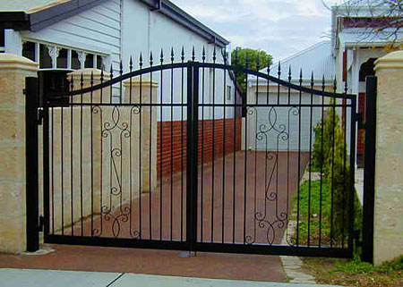 Ворота для дома, который допустимый вариант сильнее.