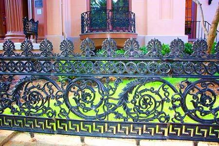 красивый забор из кованного метала